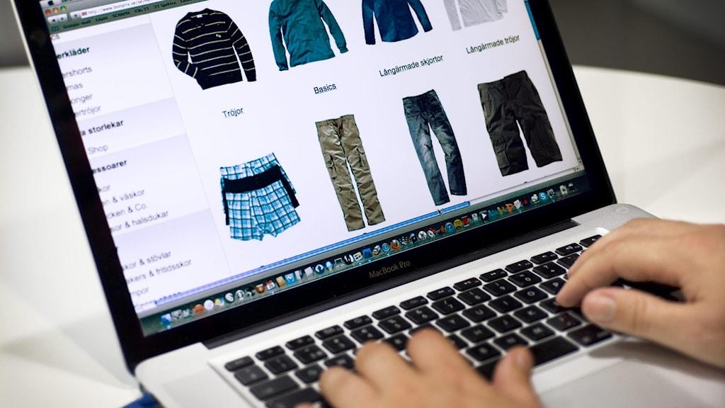 Laptop med webbsida som visar kläder i en e-handel.
