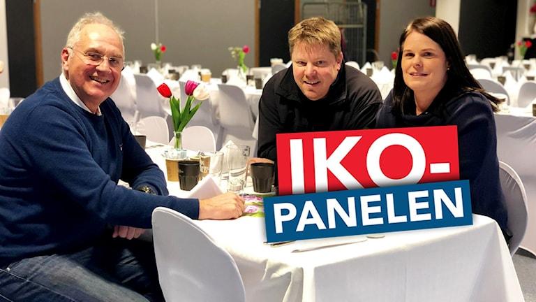 Två män och en kvinna vid ett bord.