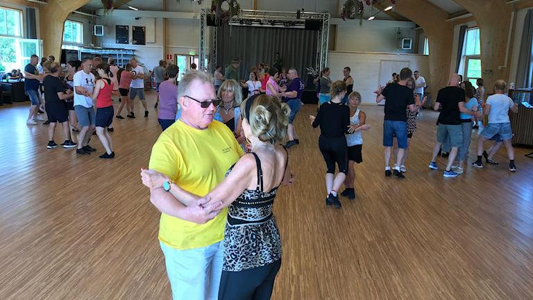 Dansglada människor i alla åldrar samlas på dansfesten Sverige dansar.