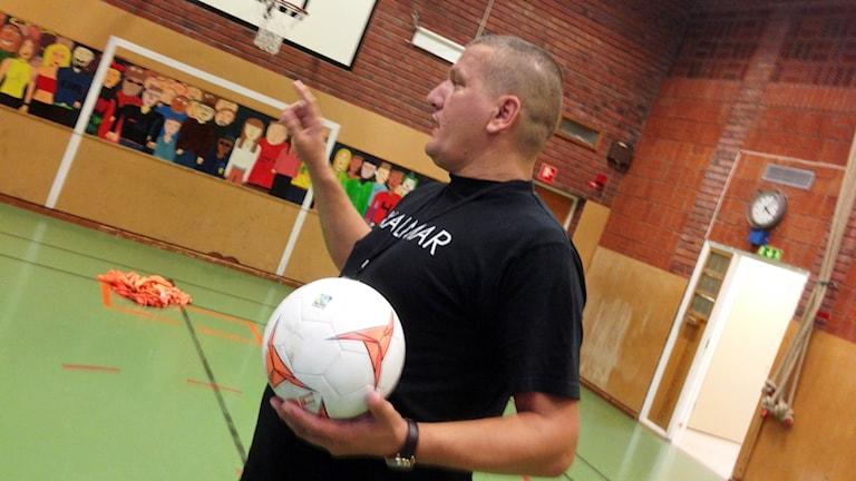 """Shemsi """"Papi"""" Brahimi håller i en fotboll."""