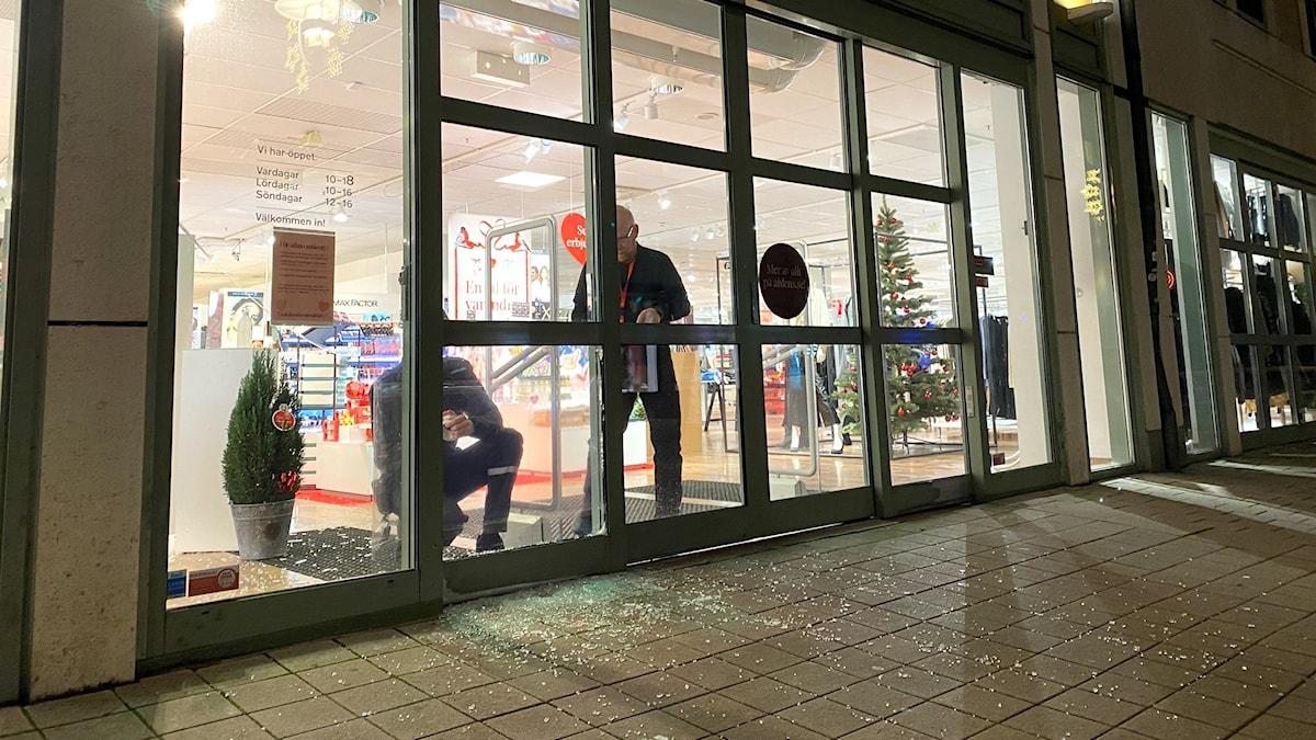 Krossad ruta vid Åhlénsbutik.