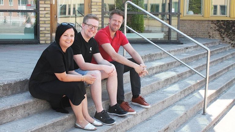 Malin Gruvhagen, Viktor Blomberg och Joachim Lantz sitter på en trapp.