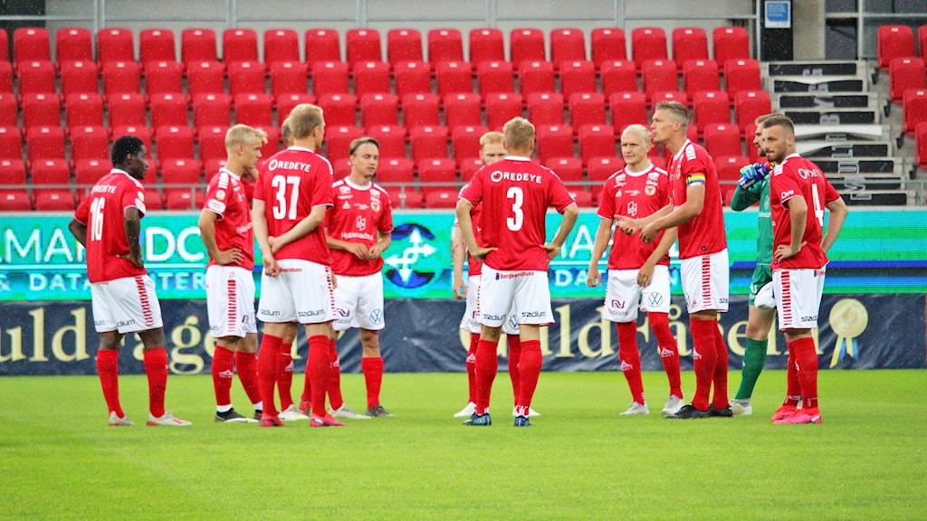 Fotbollslaget Kalmar FF samlas i en ring innan avspark.