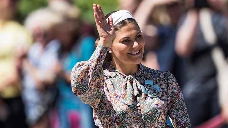 Kronprinsessan Victoria vinkar.