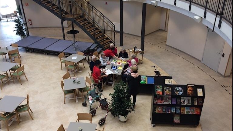 bild tagen uppifrån över en grupp äldre som spelar spel vid ett bord
