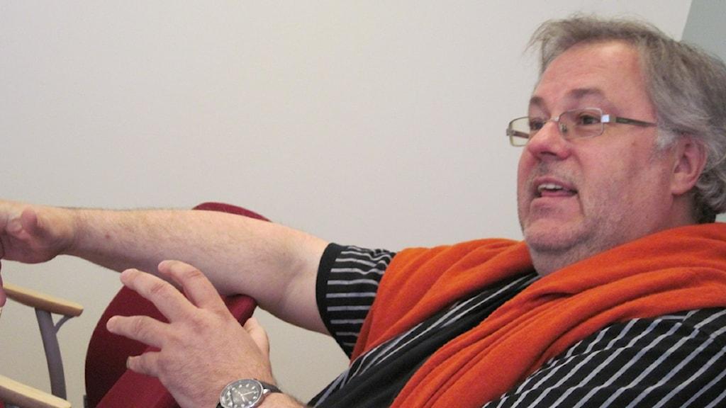 Mats Trondman sitter i stol.
