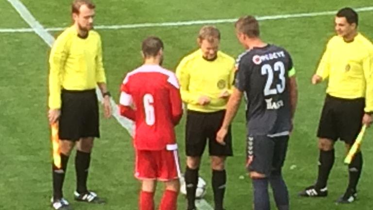 Viktor Elm, Kalmar FF och David Evaldsson, Nybro IF skakar hand inför Cupmatchen som alltså Kalmar FF vann med hela 5-1. Foto: Ove Lernå