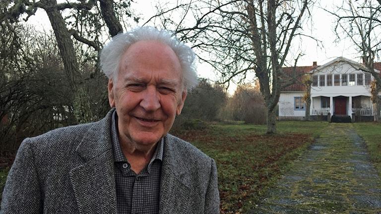 Lennart Sjögren framför släktgården vid Haget utanför Byxelkrok Foto Erika Norberg