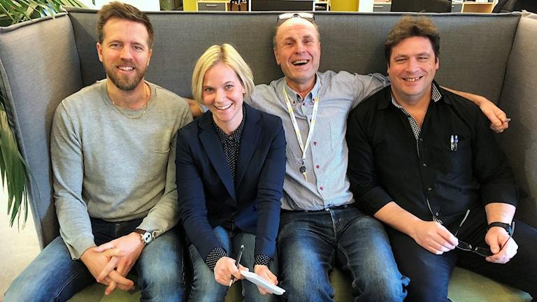 Joachim Lantz, Karolina Sörman, Bosse Nilsson och Magnus Krusell sitter i en soffa.
