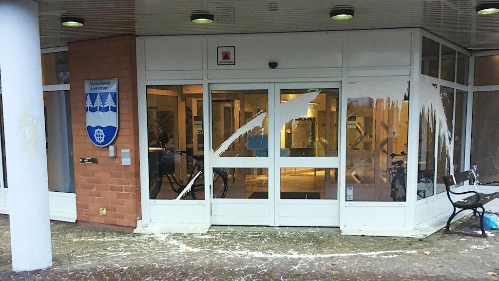 Vit målarfärg på entrén till Hultsfreds kommunhus.