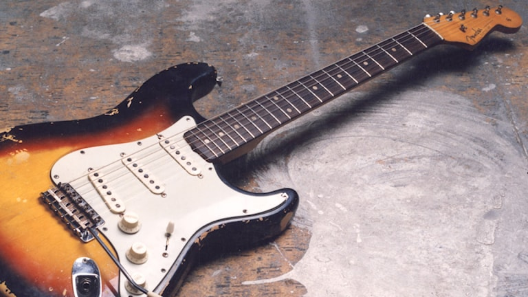 En elgitarr liggandes på ett slitet golv. Foto: Aro Andersroth/SR