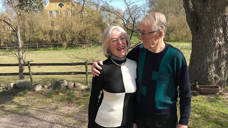 Hans Barkewall kramar om hustrun Mona.
