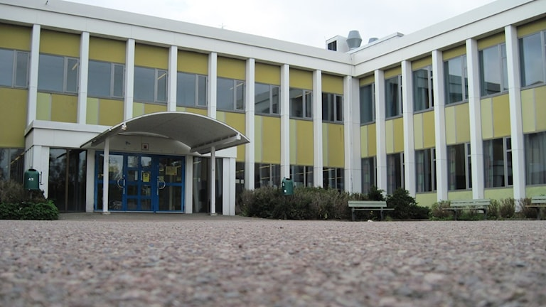 Åkrahällskolans entré i Nybro. Foto: Nick Näslund/SR