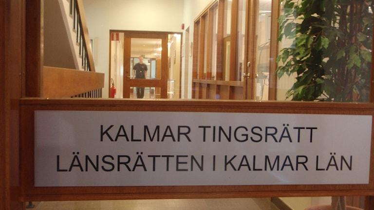Skylt från Tingsrätten och Länsrätten i Kalmar, Kalmar län. Foto: Simon Leijnse/SR