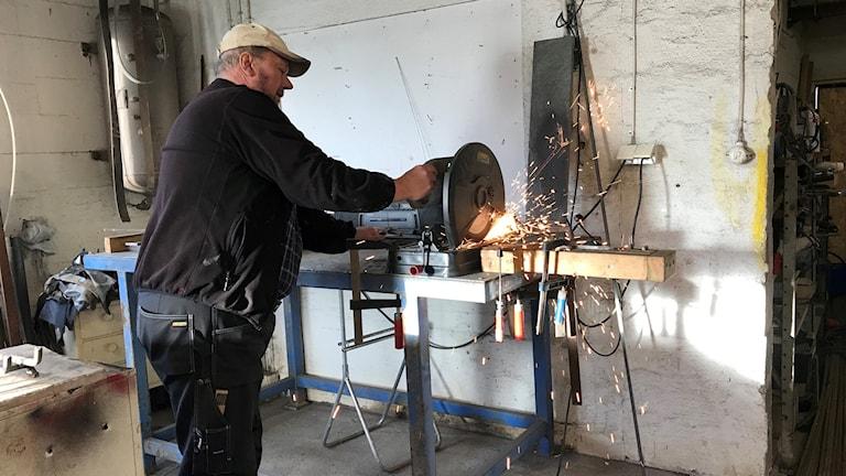 Stefan Erixon kapar stålstänger i sin verkstad.
