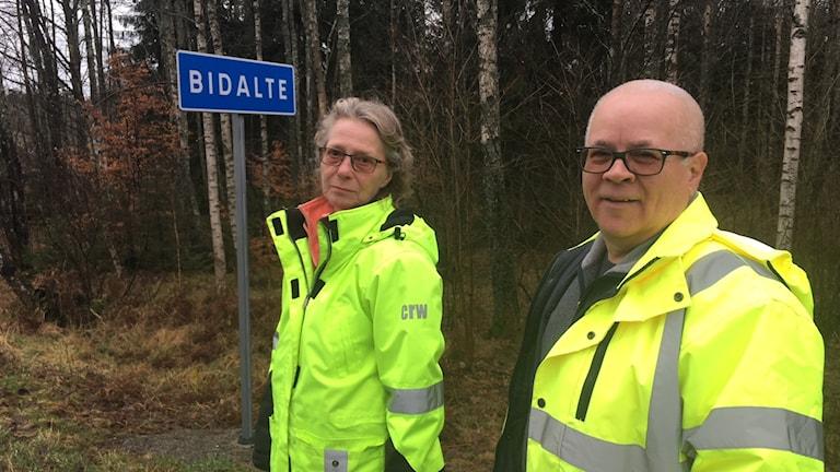 Två människor framför skylten Bidalte