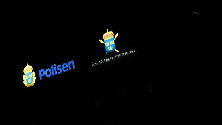 Skyltar på fasaden till polishuset i Kalmar. Arkivfoto: Nick Näslund/Sveriges Radio