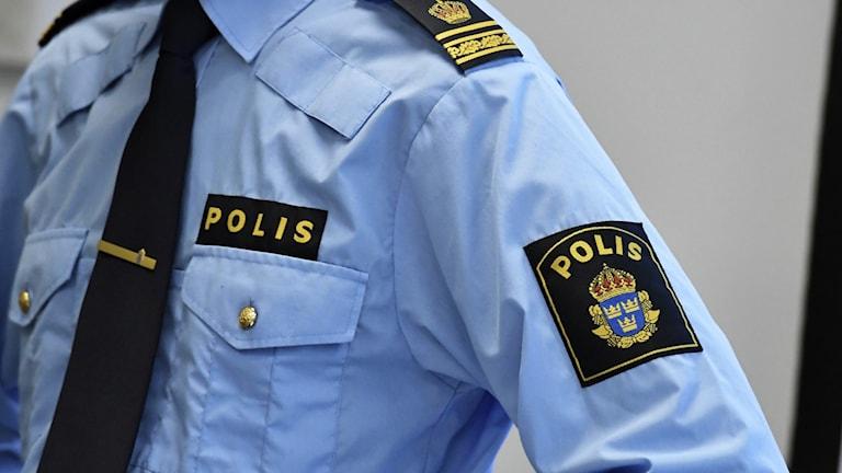 En närbild på en polisskjorta.