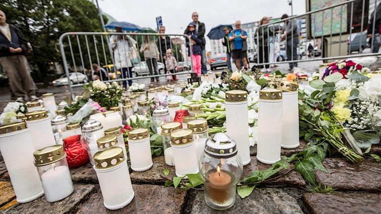 Blommor och ljus på Åbo torg