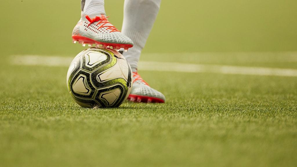 Fot på en fotboll.