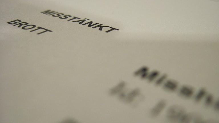 """Papper med texten """"Misstänkt brott, misshandel"""". Foto: Nick Näslund/Sveriges Radio"""