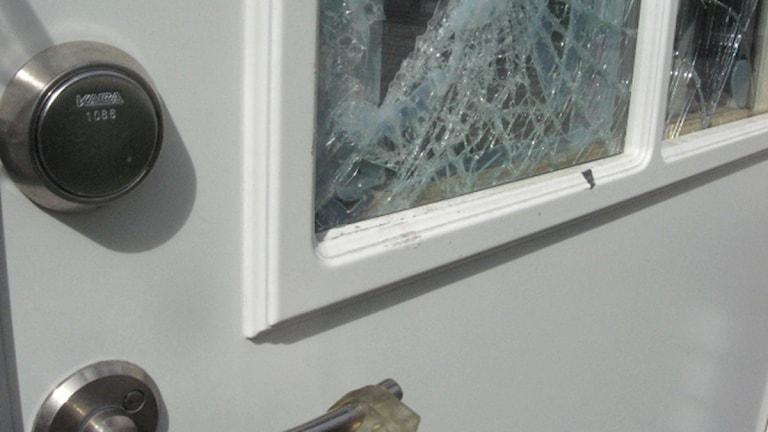 Glasruta i dörr krossad. Arkivfoto: Peter Öberg/Sveriges Radio