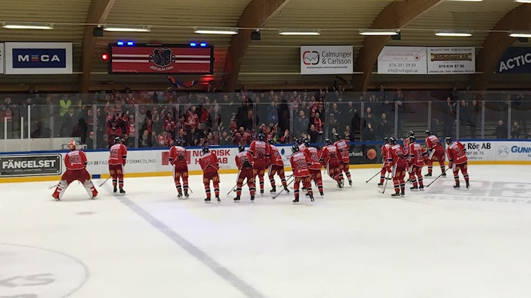 Spelarna i Västerviks IK är glada.