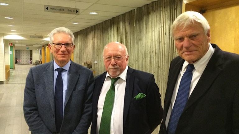 Conny Jörneklint, Lars Annerén och Gunnar Ryllenram i tingshusets korridor.