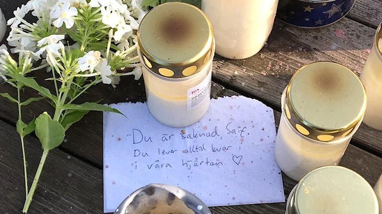 Ljus och ett handskrivet brev till den omkomne eleven
