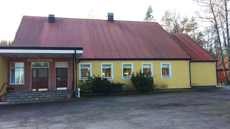 Frödinge bygdegård. Ett gult trähus.