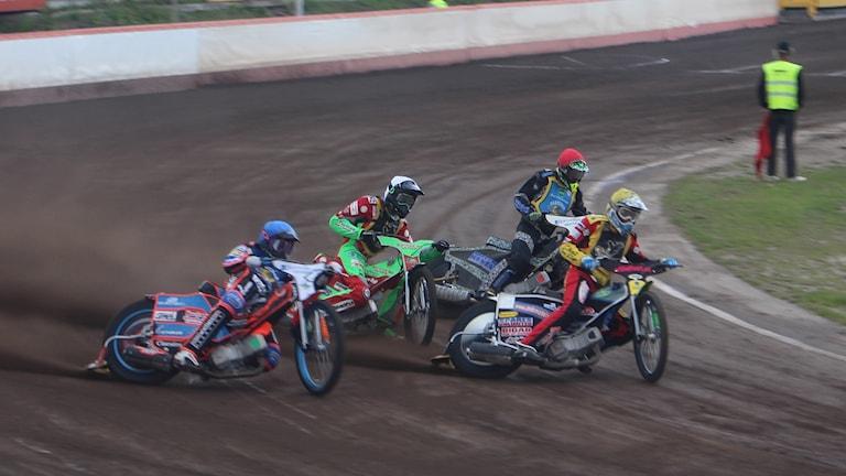 Joel Kling (röd) och Freddie Eriksson (blå) i Västervik Speedway.