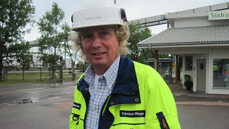 Carsten Wieger i gul jacka och skyddshjälm.