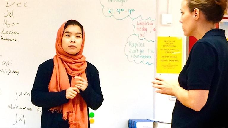 Maryam Jafari står framför whiteboardtavla