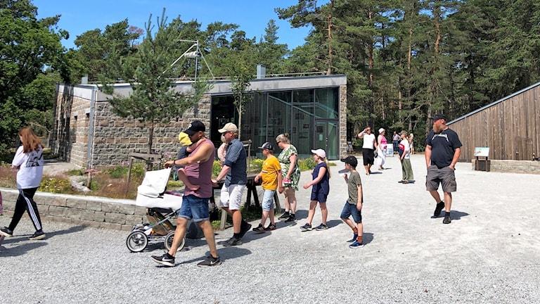 Folk som är vid Trollskogen på Öland.