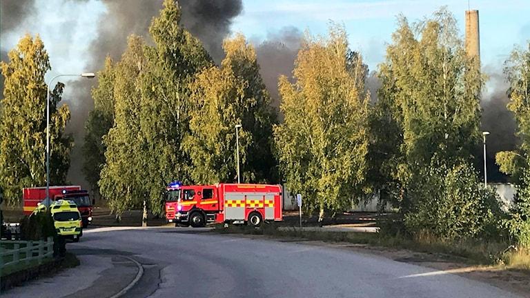 Kraftiga rökmoln, brandbilar på plats.