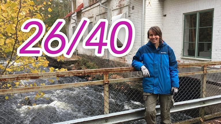 kvinna vid Emån utanför mejeriet i Fliseryd.