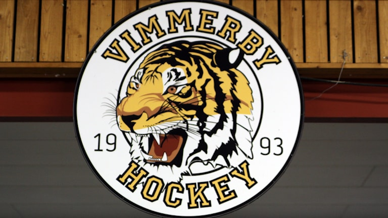 Vimmerby hockeys klubbmärke i ishallen.