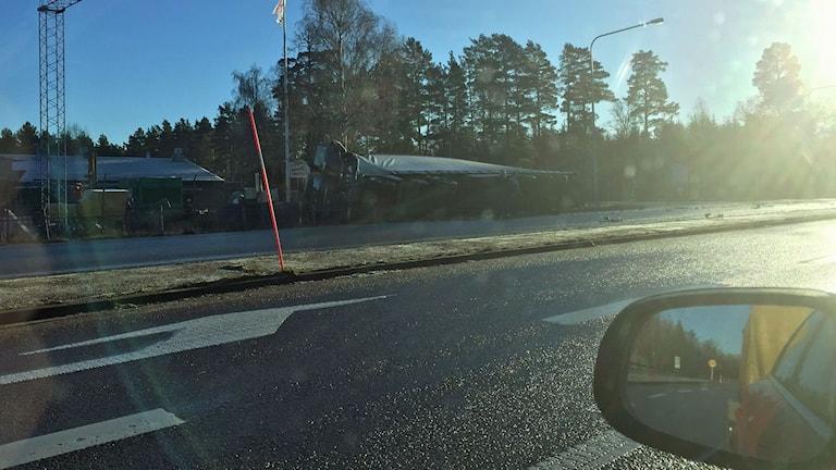 Personbil och lastbil i trafikolycka på E22.