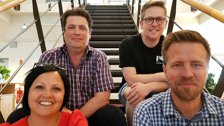 Malin Gruvhagen, Magnus Krusell, Viktor Blomberg och Joachim Lantz sitter i en trappa.