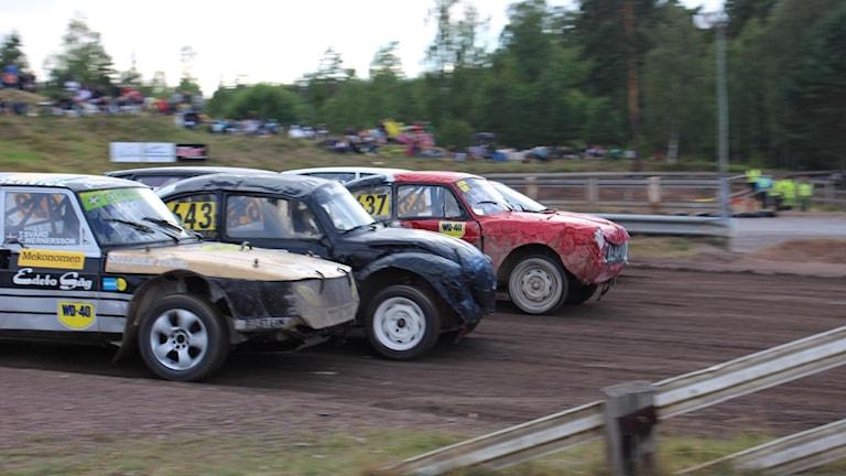 Sex bilar ger sig iväg från start i damernas A-final i Semesterracet. Så småningom blev det omstart med bara fyra bilar.