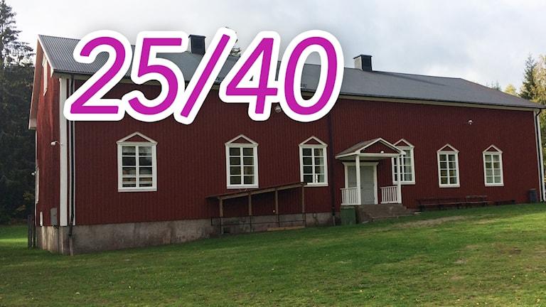 Bygdegården Blackstad. Ett rött hus på en grön gräsmatta.
