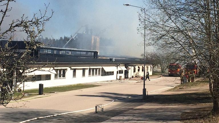 Kraftig rök vid möbelfabriken i Järnforsen. Brandbilar på plats.