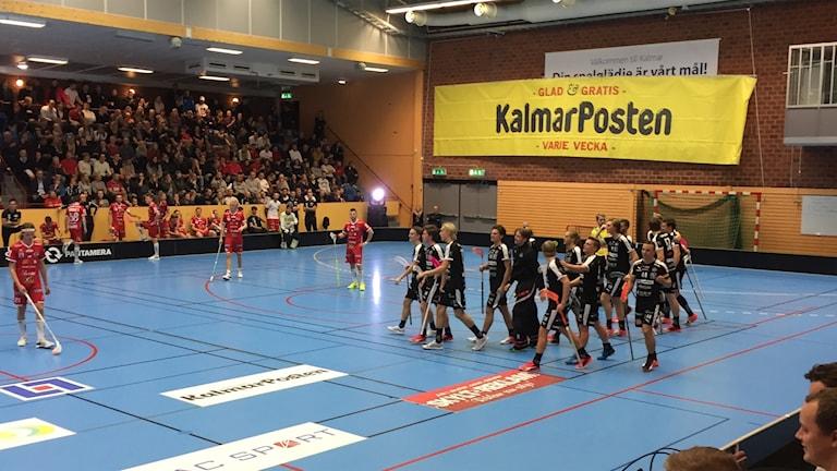 Komfortabel derbyseger för Kalmarsund mot Craftstaden. Här jublar laget efter ett av två Kim Nilsson-mål.