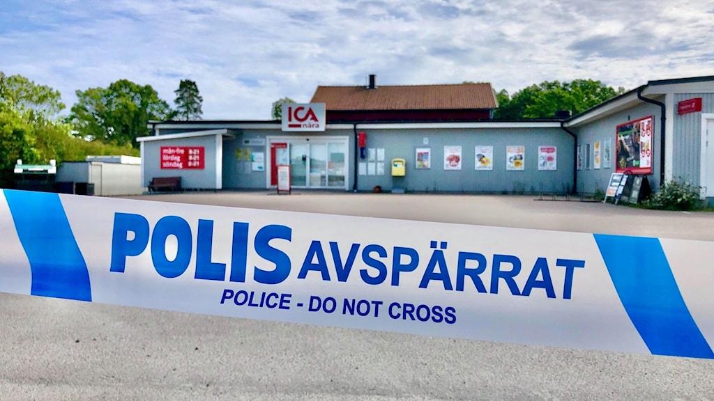 Butik avspärrad av polis efter rån