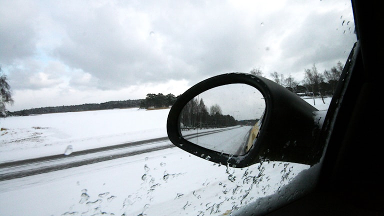 Snö i backspegeln. Foto: Nick Näslund/Sveriges Radio.