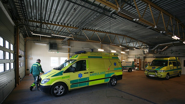 Ambulanser i garage. Foto: Nick Näslund/Sveriges Radio.