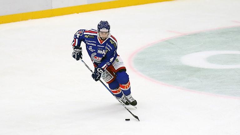 Hockeyspelare på is.