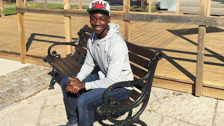 Sulaiman Mpagi sitter på en bänk.