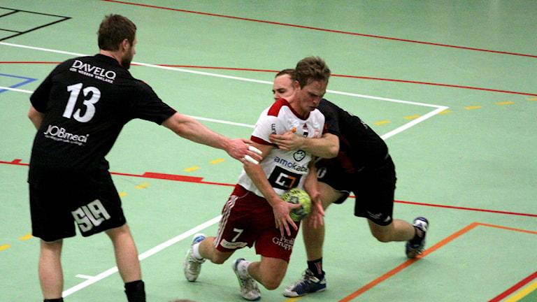 Daniel Steen i Alstermo tar sig igenom försvaret.