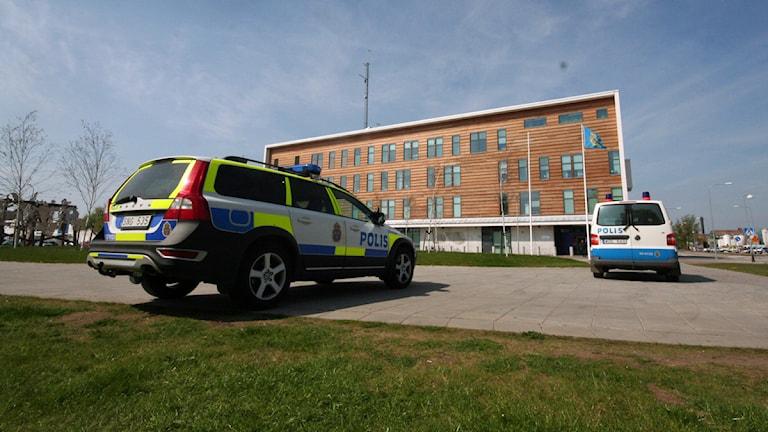 Polisbilar utanför polishuset i Kalmar. Foto: Sveriges Radio.